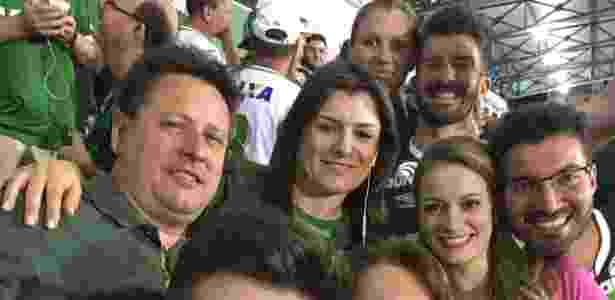 Sandro Pallaoro (esq.) assiste ao jogo da Chapecoense com sua família - Arquivo pessoal - Arquivo pessoal
