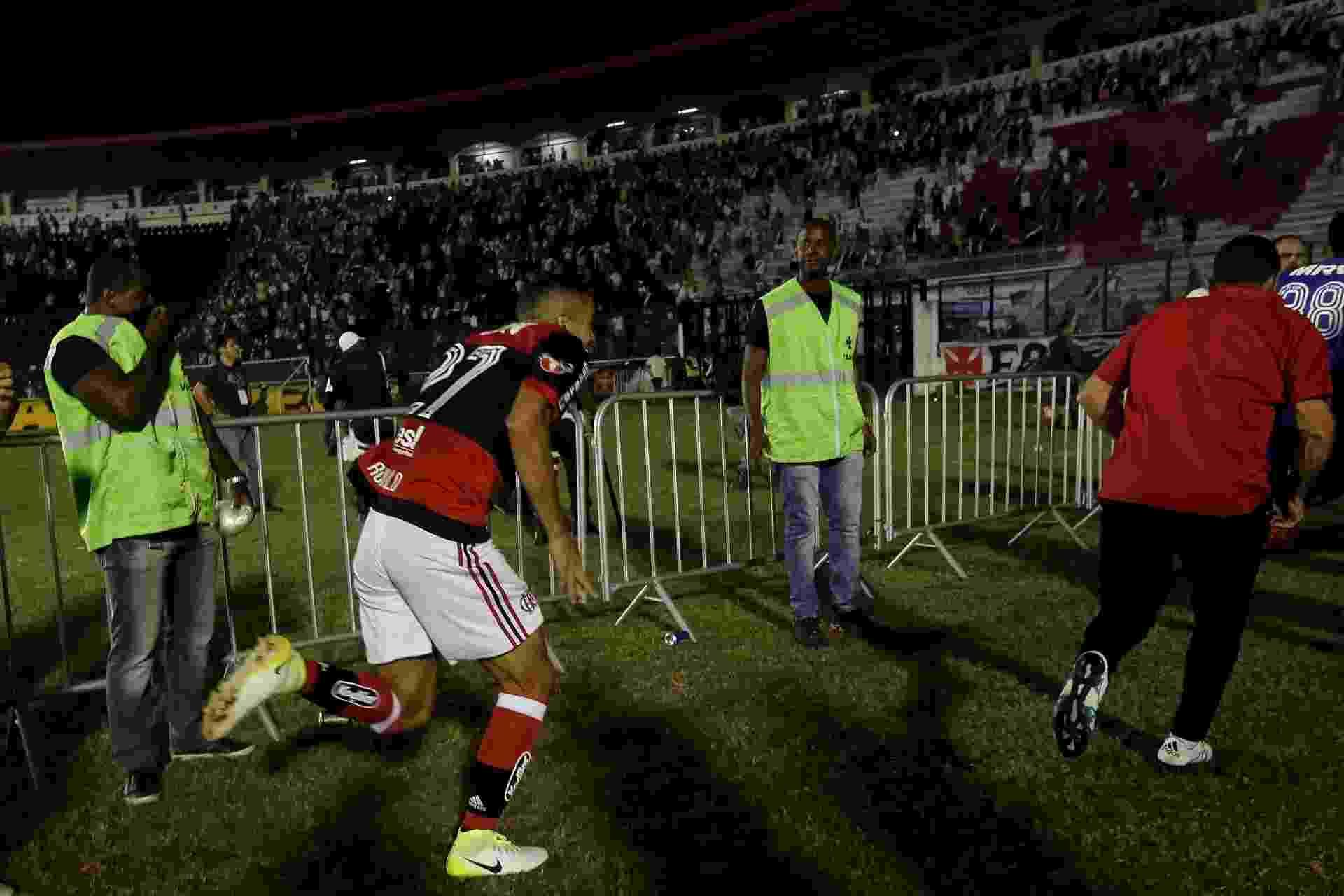 Rômulo corre para fugir da confusão durante a partida entre Flamengo e Vasco - Luciano Belford/AGIF