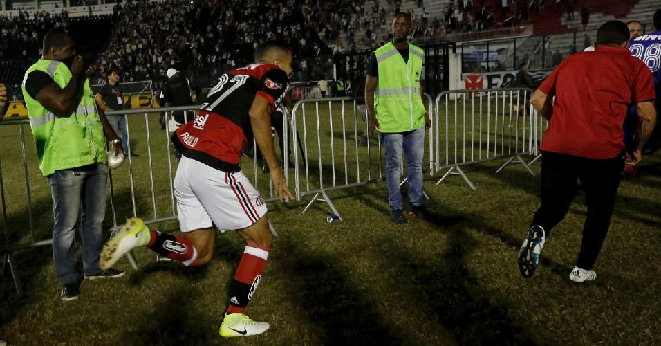 Rômulo corre para fugir da confusão durante a partida entre Flamengo e Vasco