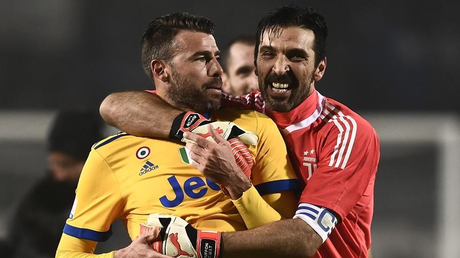 Barzagli e Buffon comemoram vitória da Juventus sobre a Atalanta - AFP PHOTO / MARCO BERTORELLO