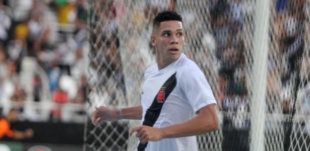 Paulinho sai para comemorar após seu gol sobre o Botafogo no clássico