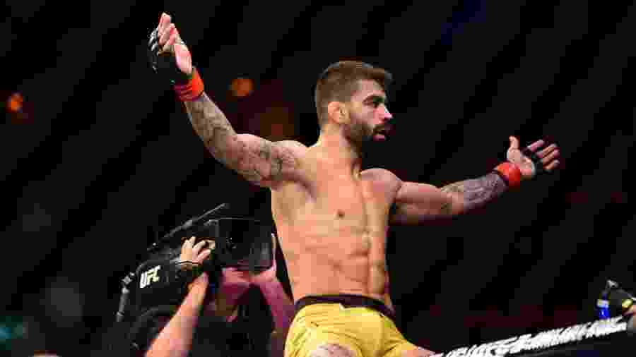 """Elizeu """"Capoeira"""" dos Santos comemora após luta com Sean """"Tarzan"""" Strickland no UFC 224, no Rio - Leandro Bernardes/ Ag Fight"""