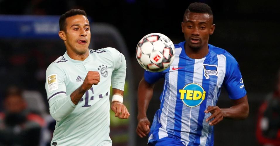 Thiago Alcântara e Salomon Kalou disputam a bola no jogo entre Hertha  Berlim e Bayern 45e248c7a7100