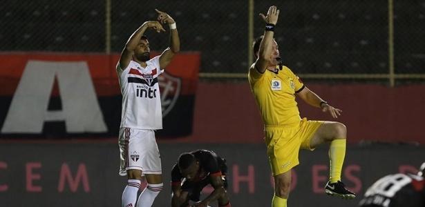 Tréllez, do São Paulo, e o árbitro Leandro Vuaden pedem atendimento a Rojas - Rubens Chiri/saopaulofc.net