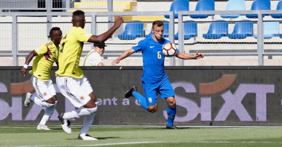 Carlos Augusto domina bola durante duelo entre Brasil e Colômbia no Sul-Americano sub-20