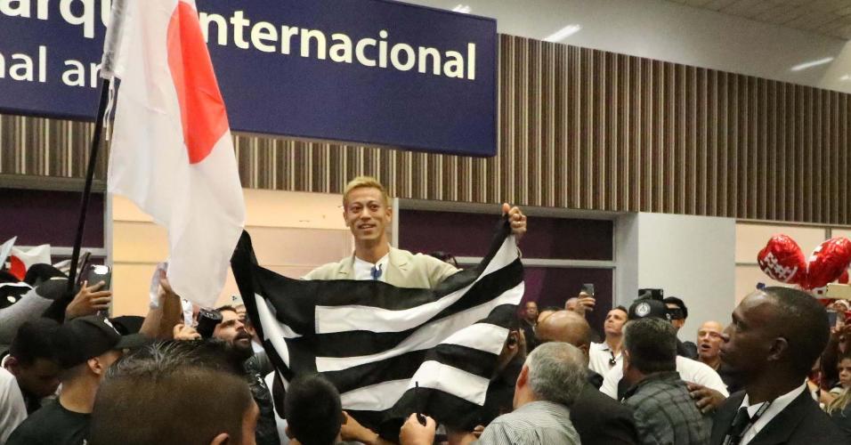 Keisuke Honda é recebido com festa no aeroporto do Rio de Janeiro