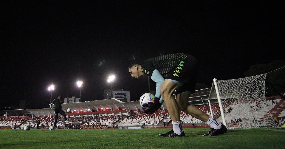 Gatito Fernández aquece para o jogo entre Náutico e Botafogo, pela Copa do Brasil