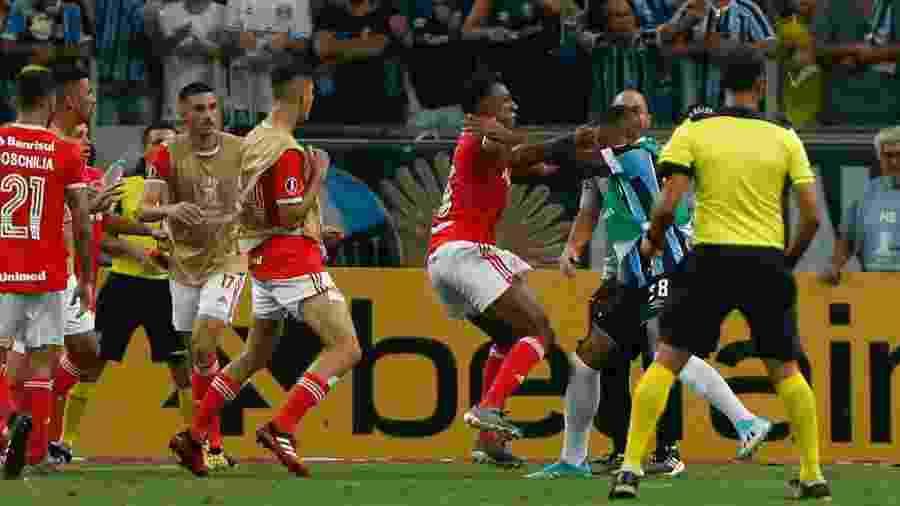 Confusão no jogo entre Grêmio e Internacional pela Libertadores 2020 terminou com oito expulsos - Jeferson Guareze/AGIF