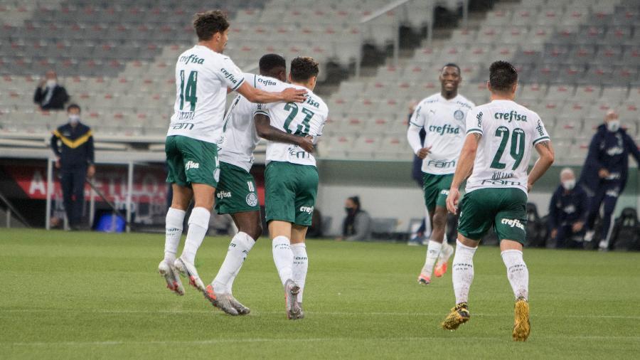 Jogadores do Palmeiras comemoram gol marcado por Raphael Veiga - Robson Mafra/AGIF