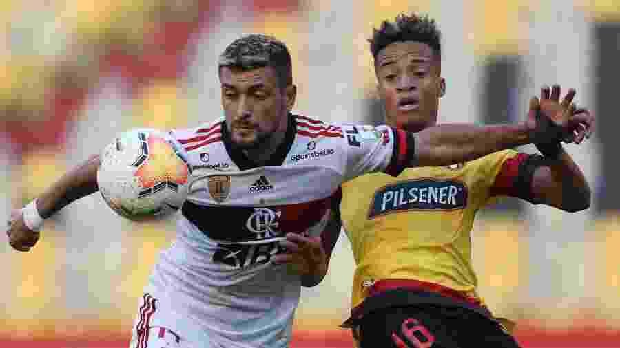 Arrascaeta disputa bola com Byron Castillo durante Barcelona (EQU) x Flamengo pela Libertadores - Dolores Ochoa / POOL / AFP)