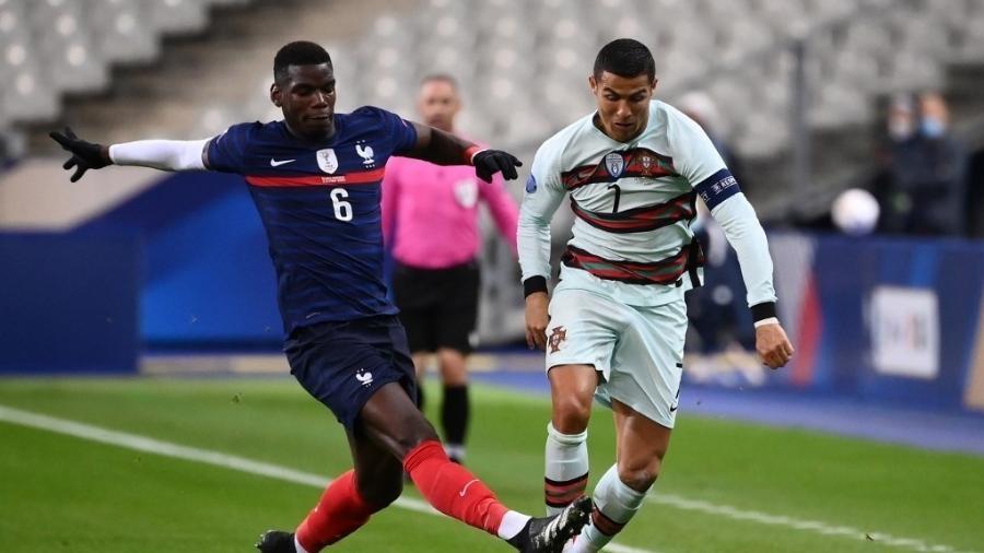 Paul Pogba disputa lance com Cristiano Ronaldo durante partida entre França e Portugal pela Liga das Nações (11.10.2020) - Franck Fife/AFP