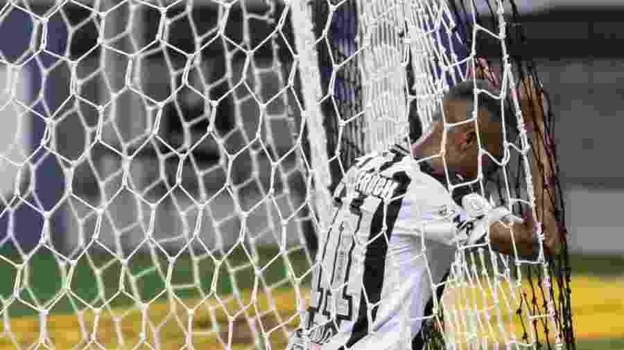 Keno se lamenta durante a partida entre Atlético-MG e Sport: o Galo fez apenas cinco pontos nos últimos 15 disputados - Fernando Moreno/AGIF