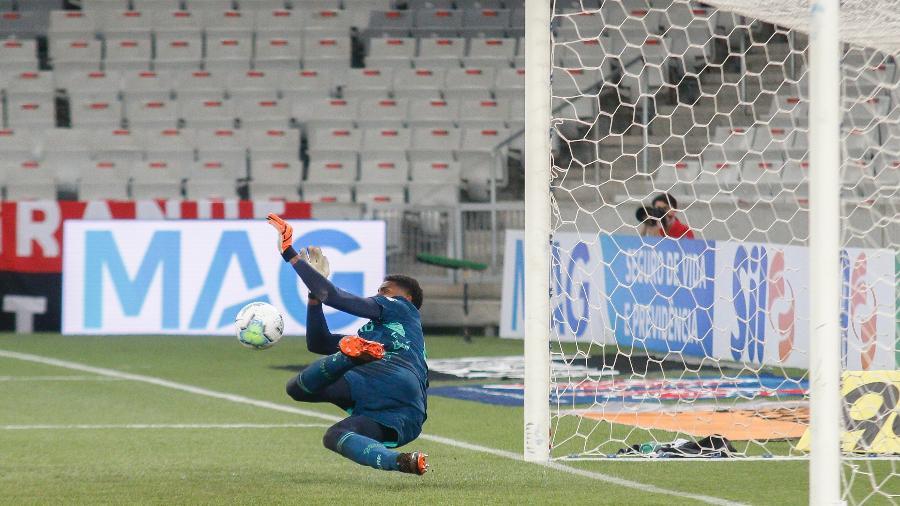 Hugo Souza defende o pênalti cobrado por Walter, na partida entre Athletico e Flamengo - Gabriel Machado/AGIF