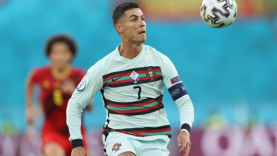 Cristiano Ronaldo em ação durante a partida entre Portugal e Bélgica, pela Eurocopa - Getty Images