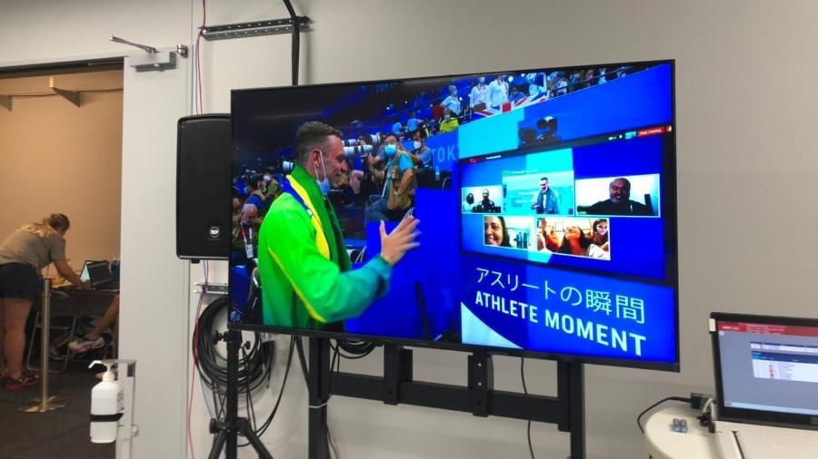 Scheffer conversa com a família por vídeo-chamada após a conquista do bronze nos 200m livre - UOL