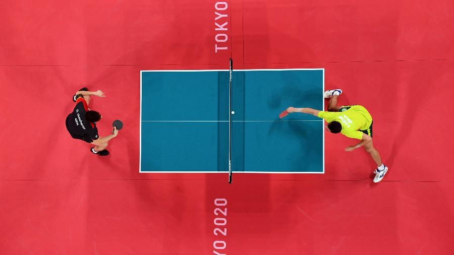 Partida de tênis de mesa entre o alemão Dimitrij Ovtcharov e Hugo Calderano do Brasil - Antonin Thuillier/Reuters