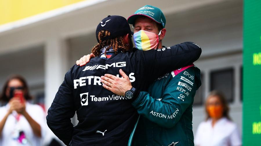 Sebastian Vettel, com máscara simbolizando diversidade, abraça Lewis Hamilton ao final do GP da Hungria - Dan Istitene - Formula 1/Formula 1 via Getty Images