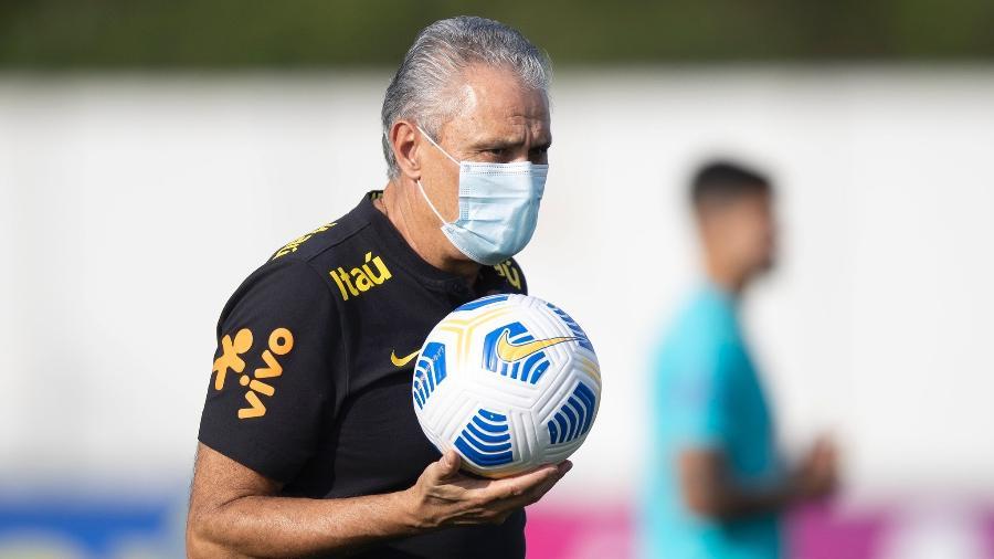 Tite durante treino da seleção brasileira no CT Joaquim Grava - Lucas Figueiredo/CBF