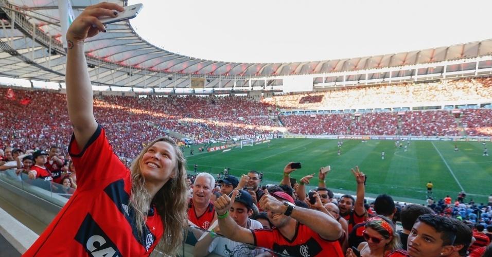 Ronda Rousey vestiu a camisa do Flamengo e tirou fotos com os torcedores no Maracanã