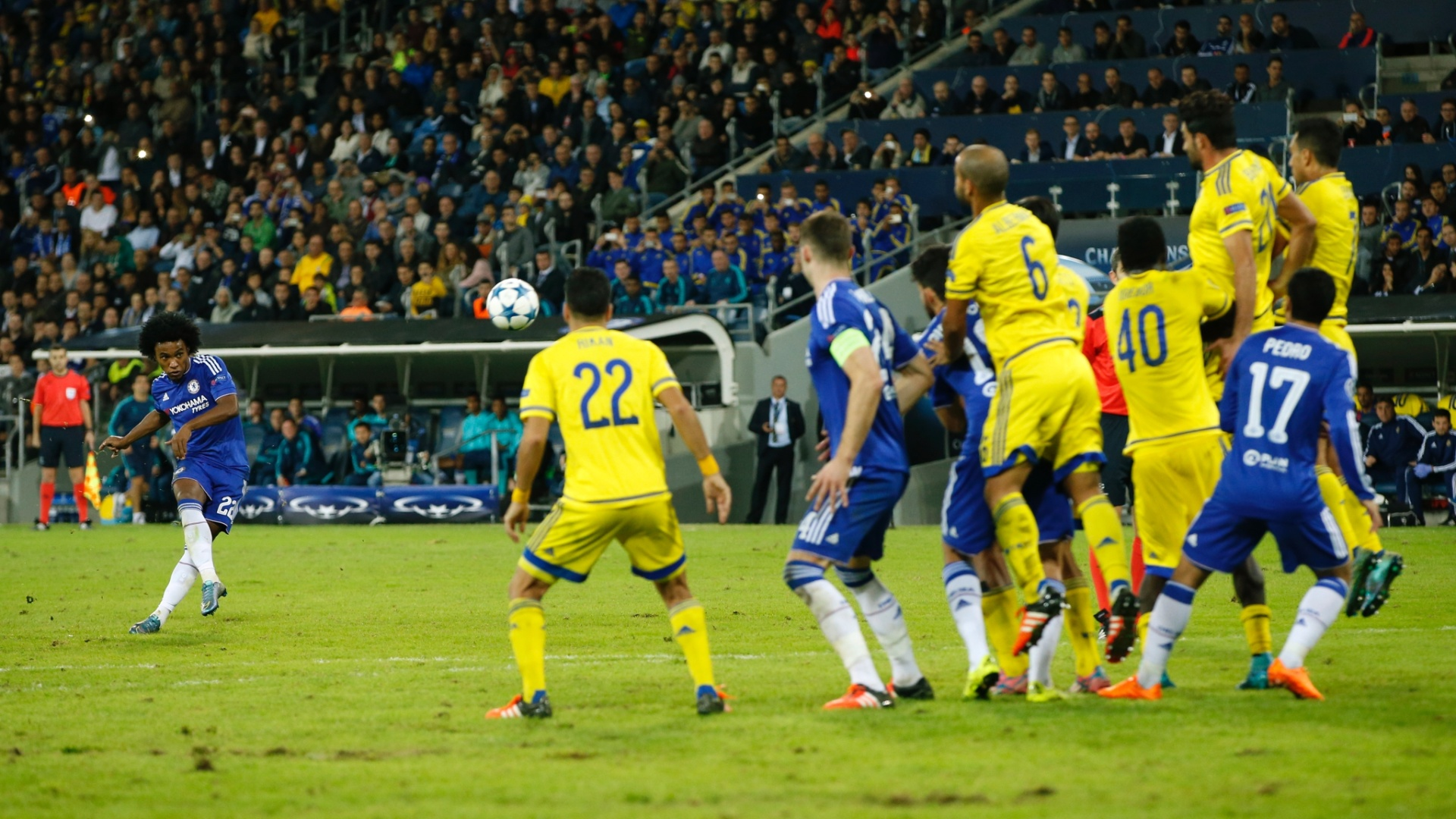 Brasileiro Willian cobra falta e marca para o Chelsea, em Israel, contra o Maccabi Tel Aviv