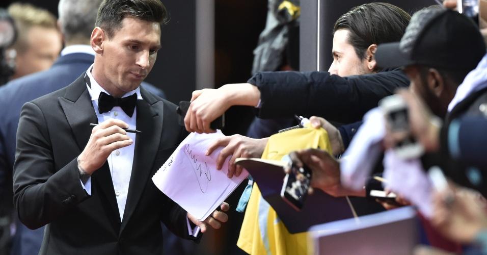 Messi atende torcedores na chegada para a entrega da Bola de Ouro