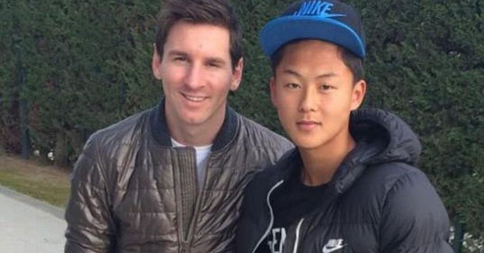 Lee posa ao lado do ídolo Messi. Coreano quebrou recorde de gols do argentino no infantil do Barça