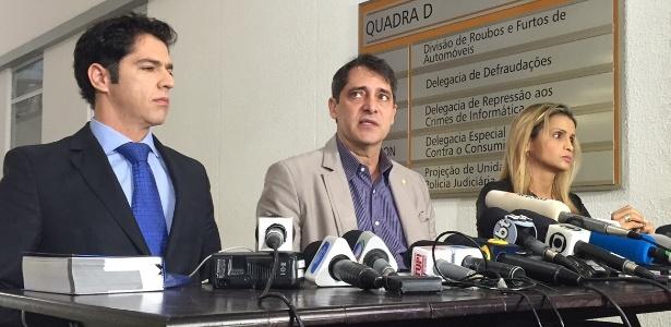 A advogada que defende a adolescente pede que o delegado Alessandro Thiers (centro) seja substituído por uma delegada