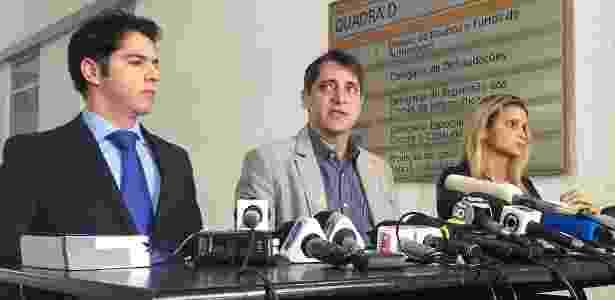 A advogada que defende a adolescente pede que o delegado Alessandro Thiers (centro) seja substituído por uma delegada  - Pedro Ivo Almeida/UOL