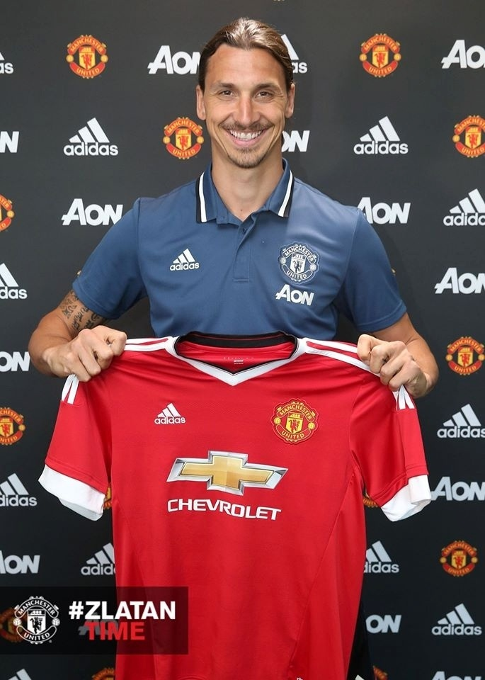 Zlatan Ibrahimovic posa para foto com a camisa do Manchester United