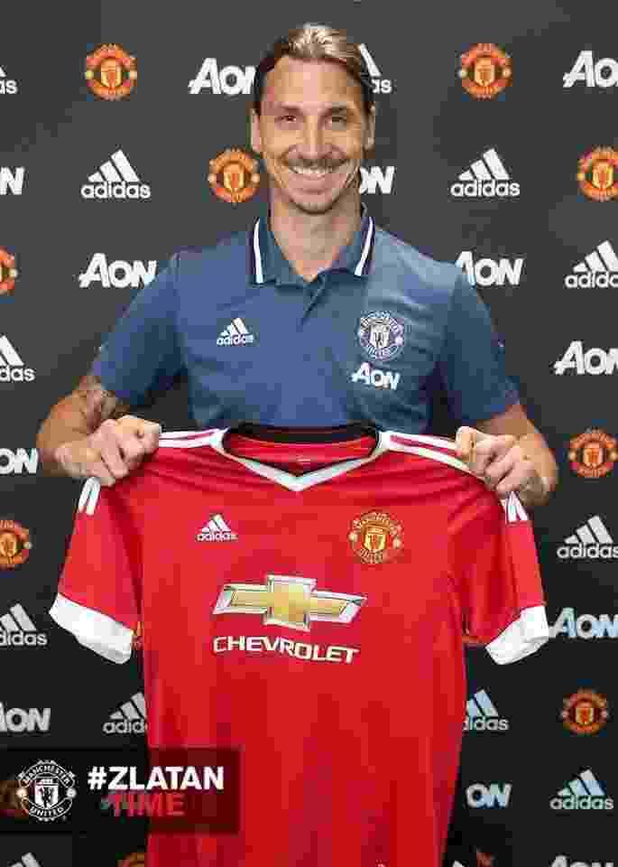 Zlatan Ibrahimovic posa para foto com a camisa do Manchester United - Reprodução/Facebook