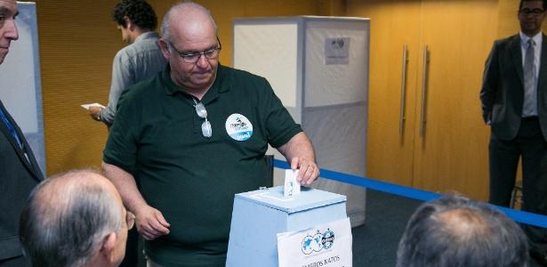 Atual presidente Romildo Bolzan Júnior vota em eleição do Grêmio