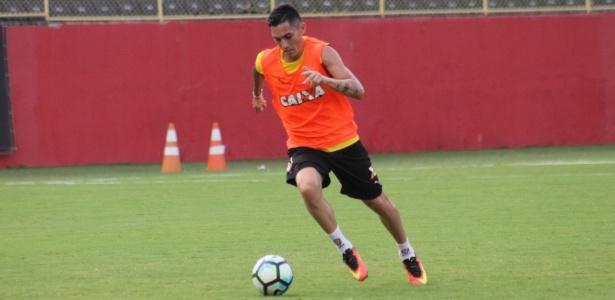 Chileno Pineda ainda está na lista de relacionados para o jogo deste domingo (23)
