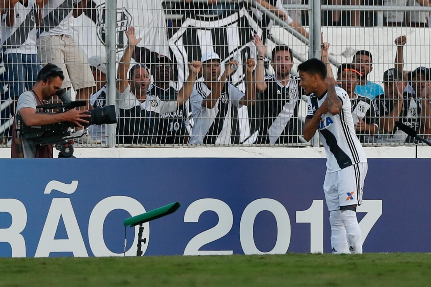 Lucca comemora gol da Ponte Preta diante do São Paulo pelo Campeonato Brasileiro 2017