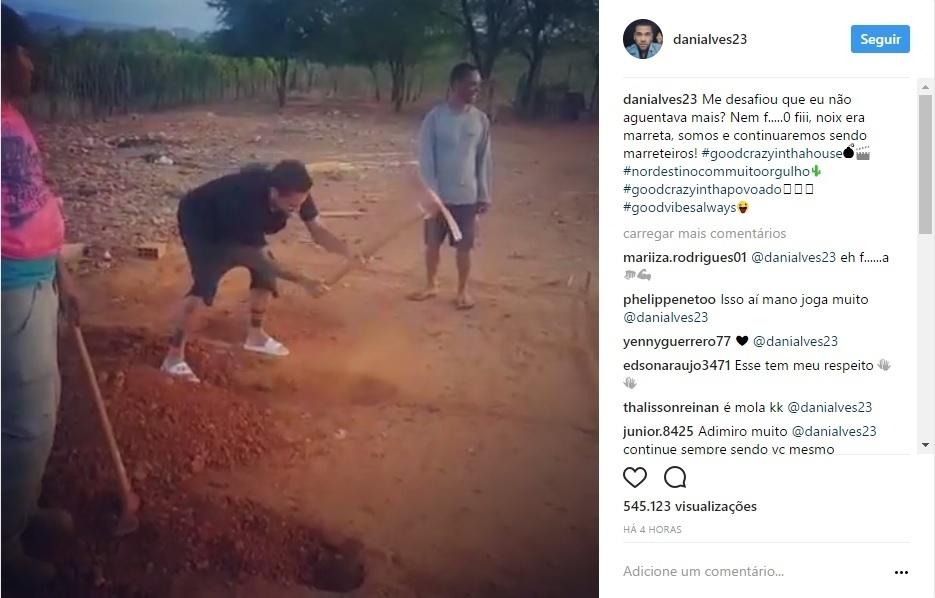 "Daniel Alves encara ""desafio da enxada"" na Bahia durante as férias"