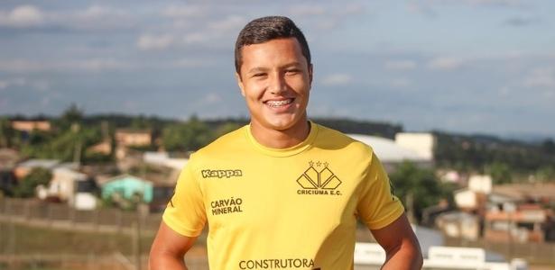 Lateral Marlon assina contrato até o final do ano com o Fluminense