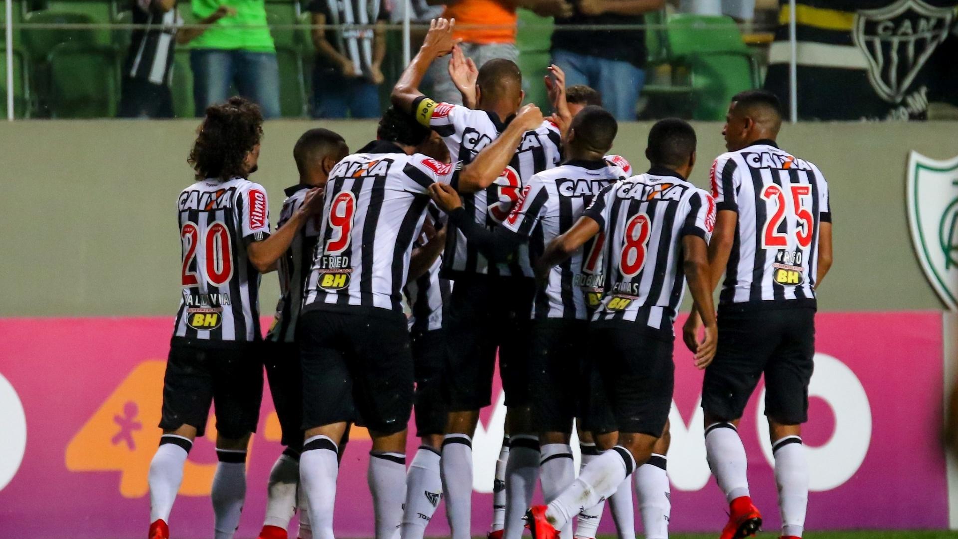 Jogadores do Atlético-MG comemoram gol de Leonardo Silva sobre o Coritiba