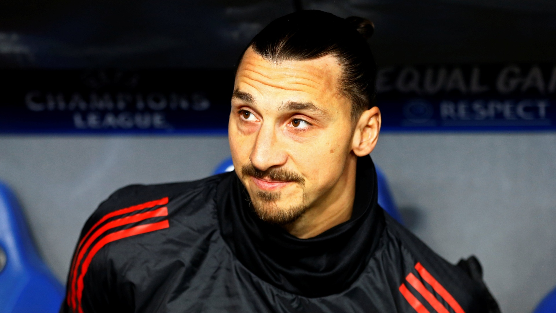 No banco, Ibrahimovic acompanha jogo entre Basel e Manchester United