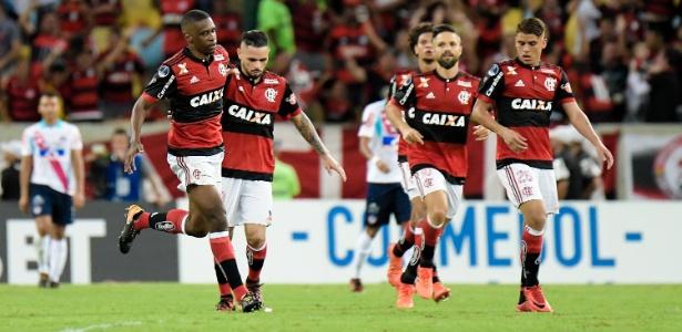 Os jogadores do Flamengo comemoram um gol diante do Junior Barranquilla