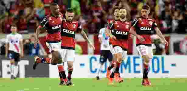 Os jogadores do Flamengo comemoram um gol diante do Junior Barranquilla - Thiago Ribeiro/AGIF