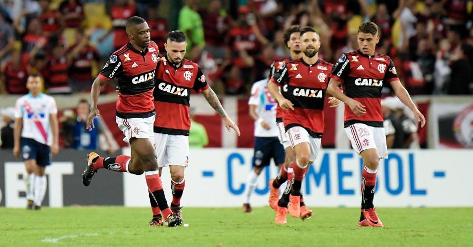 Jogadores do Flamengo comemoram gol diante do Junior de Barranquilha