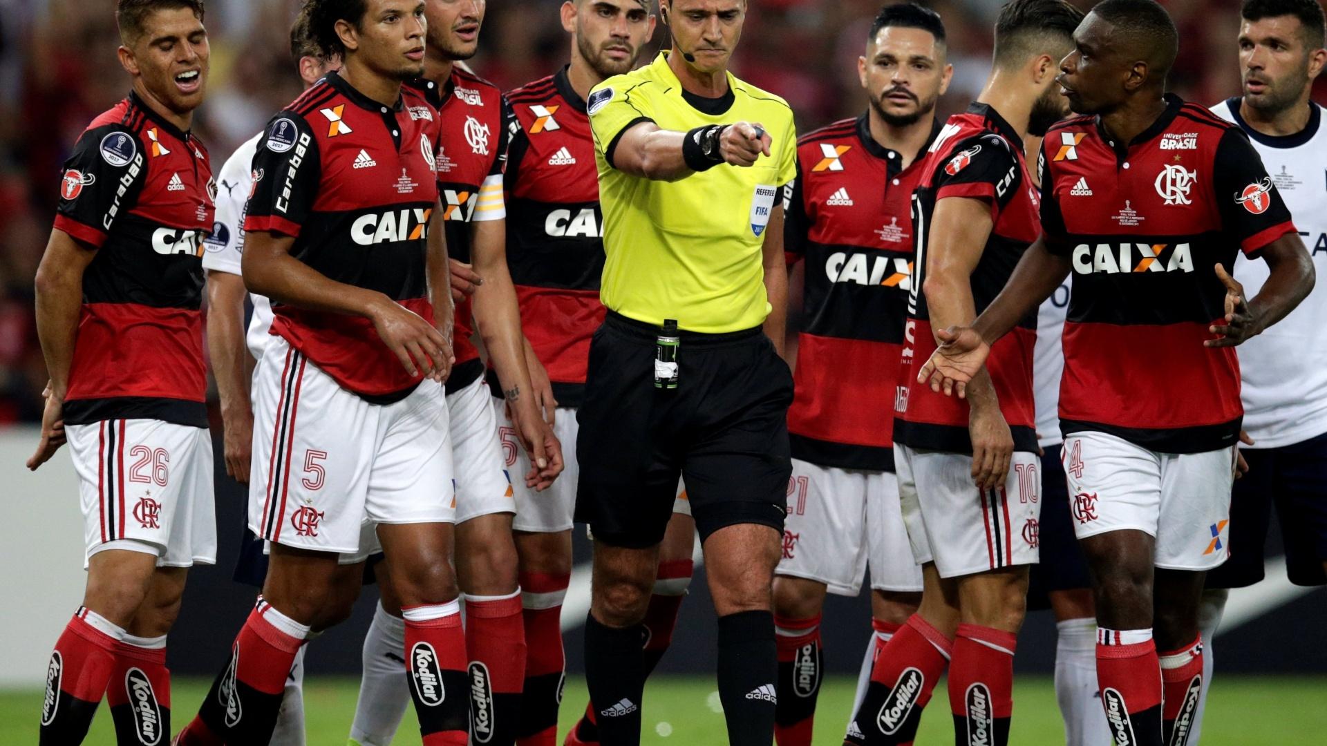 O árbitro Wilmar Roldan durante o jogo entre Flamengo e Independiente