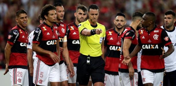 Jogadores do Flamengo reclamam de marcação de pênalti