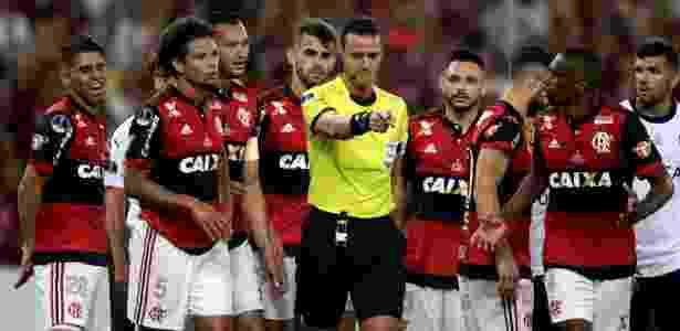Jogadores do Flamengo reclamam de pênalti marcado para o Independiente - Ricardo Moraes/Reuters