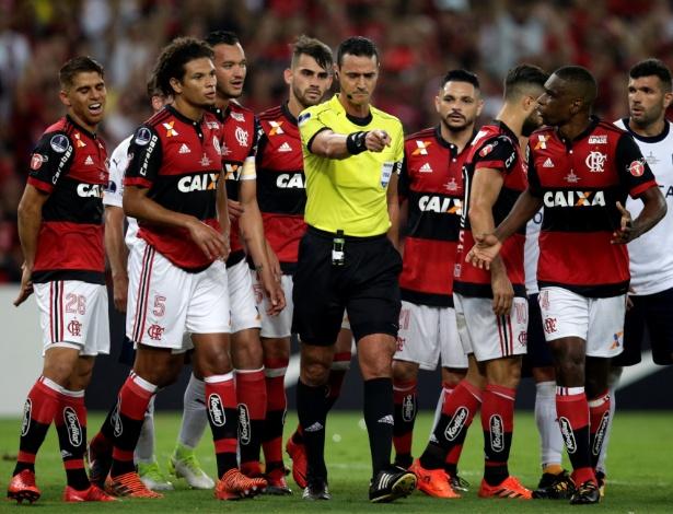 o arbitro wilmar roldan durante o jogo entre flamengo e independiente 1513214098820 615x470 Um empate bem triste o do Fla na Sul Americana.