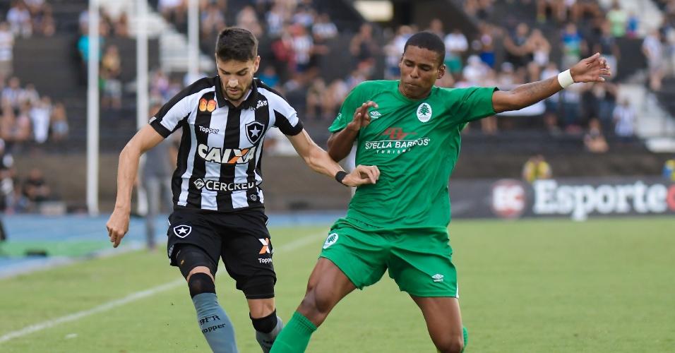 Rodrigo Pimpão e Julio Cesar disputam bola em Botafogo x Boavista pelo Campeonato Carioca
