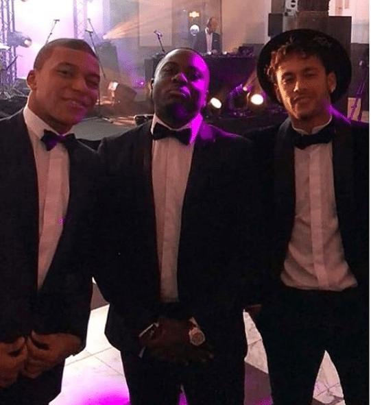Neymar e Mbappé posam com convidado