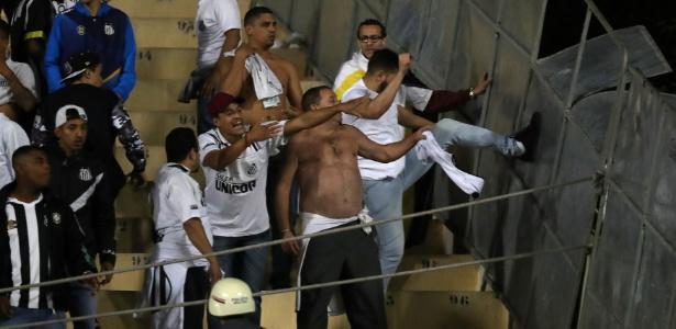 Torcedores do Santos chutam placa de metal na arquibancada no Pacaembu - REUTERS/Paulo Whitaker