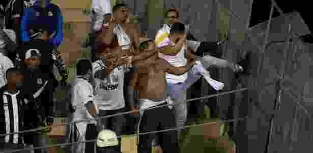 Torcedores do Santos chutam placas de metal na arquibancada do Pacaembu - REUTERS/Paulo Whitaker