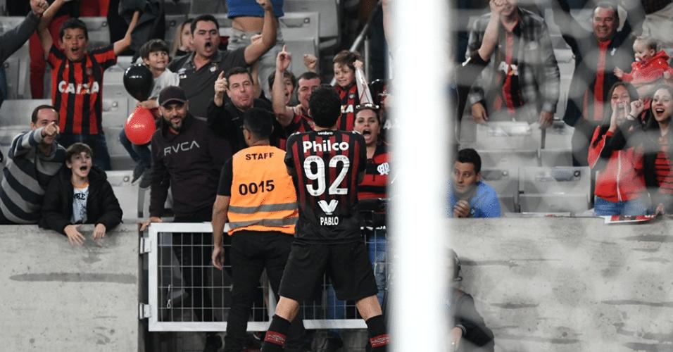 Pablo comemora gol do Atlético-PR contra o Bahia na Arena da Baixada