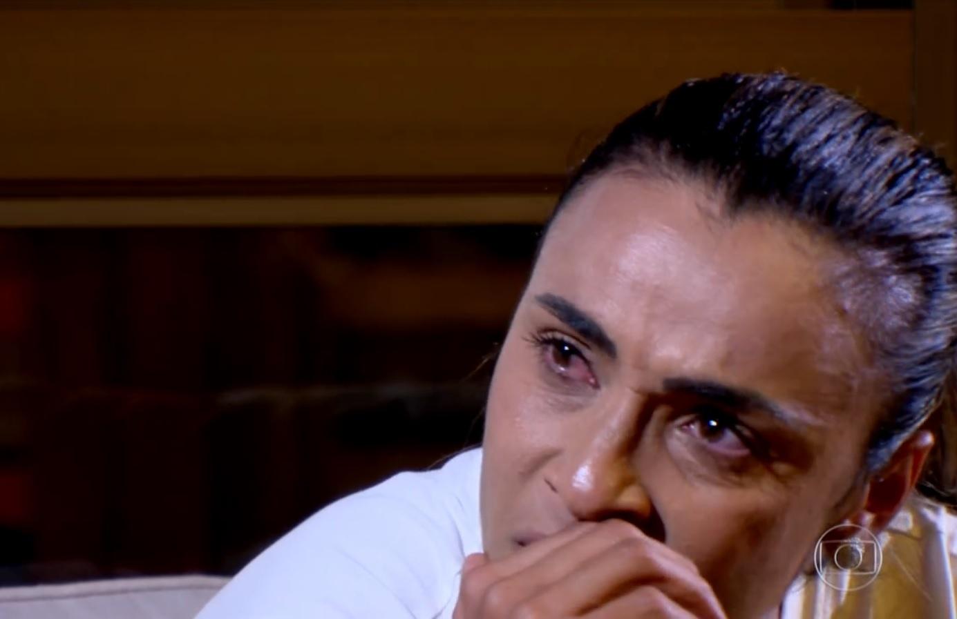 Marta chora ao lembrar de preconceito que enfrentou no começo no futebol